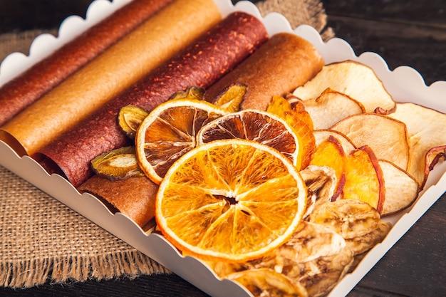 Collations aux fruits sucrés dans un emballage - pastilles et fruits secs. bonbons aux fruits, sans sucre, nutrition saine
