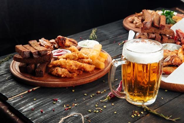 Collations à la bière bâtonnets de pain à l'ail lanières de poulet