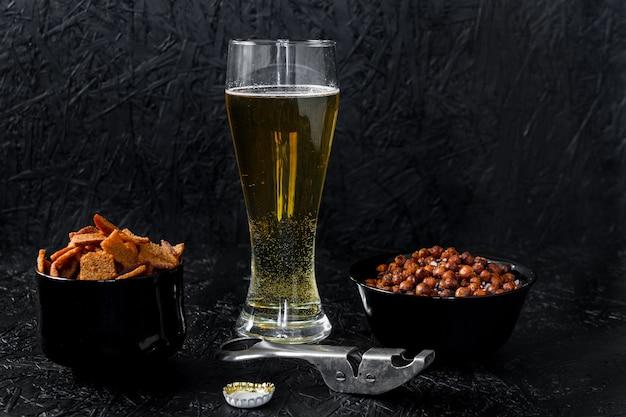 Collations à la bière. bière sur fond sombre.