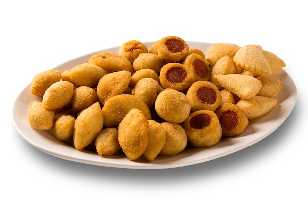Collations brésiliennes mixtes frites sur une surface blanche