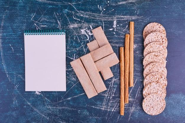 Des collations et des craquelins avec un livre de reçus de côté.