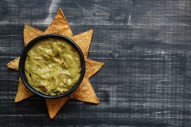 Des collations. délicieux nachos au guacamole