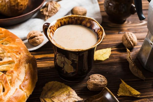 Collations et feuilles autour de la boisson
