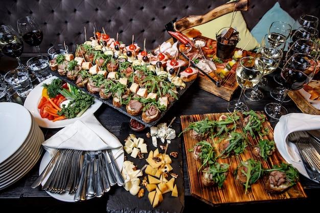 Des collations joliment décorées sur la table de banquet
