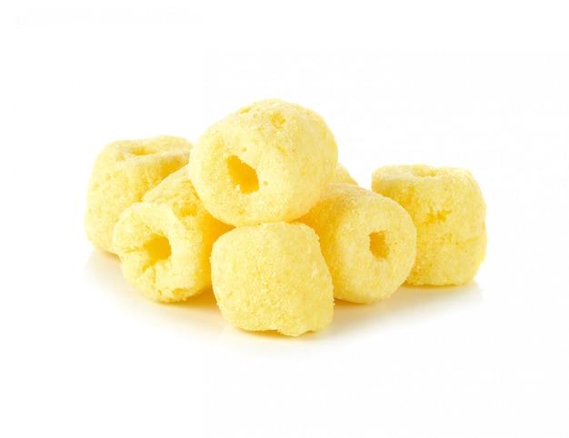 Collations de maïs croquantes sur un blanc
