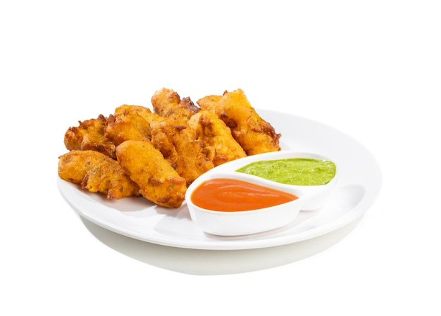 Collations paneer pakora traditionnel indien sur fond blanc