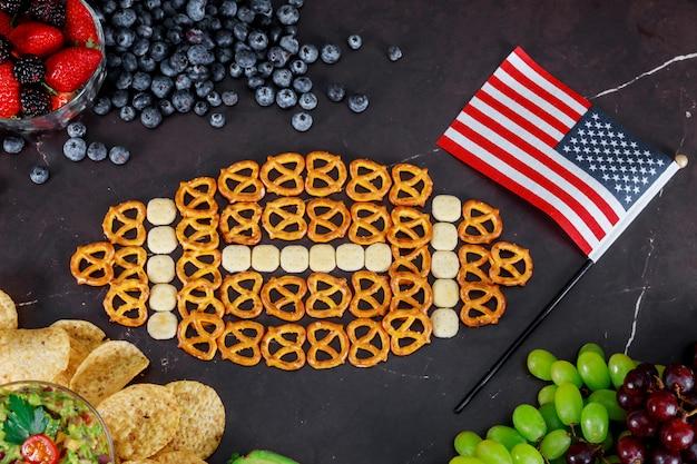 Collations pour le super bol américain en regardant la vue de dessus de la fête