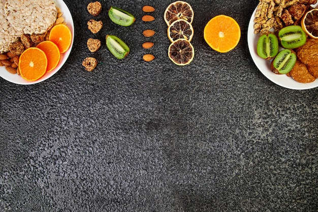 Collations saines - variété de barres granola à l'avoine, crips de riz, amande, kiwi, orange séchée