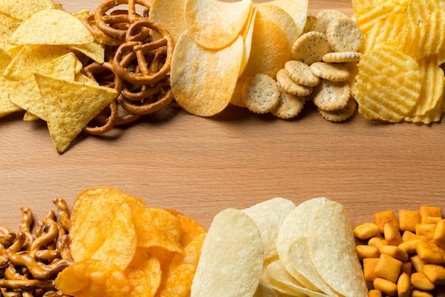 Collations salées. bretzels, chips, crackers