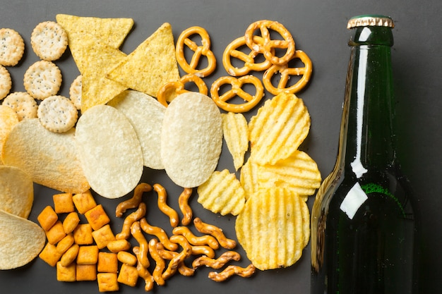 Collations salées. bretzels, chips, craquelins