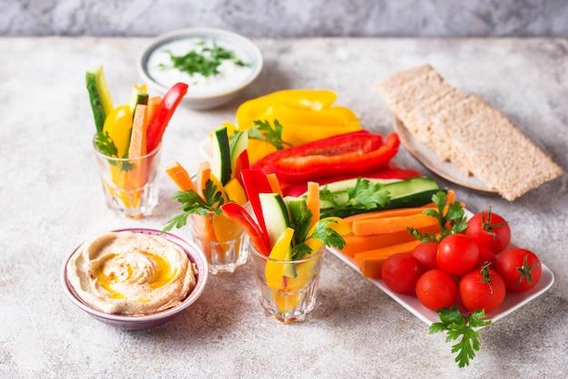 Collations santé. légumes et houmous