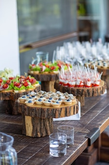 Des collations sur la table. buffet buffet pate dans tartelettes sandwichs
