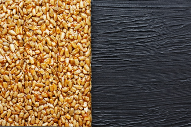 Des collations utiles. aliments de régime de remise en forme. boletchik à partir de graines de tournesol kozinaki, barres énergétiques. vue de dessus. espace de copie