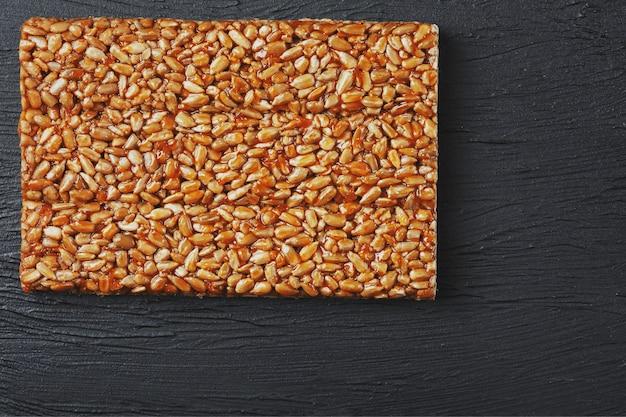 Des collations utiles. aliments de régime de remise en forme. boletchik à partir de graines de tournesol kozinaki, barres énergétiques.
