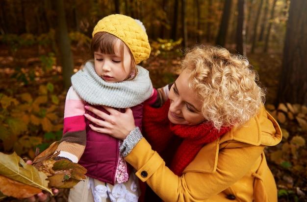 La collecte des feuilles dans la forêt d'automne
