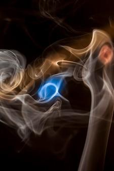 Collecte de fumée sur fond noir