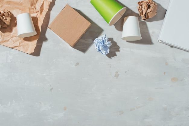Collecte séparée des ordures : sac en papier, emballage des œufs, gobelet en papier. concept écologique. mise à plat