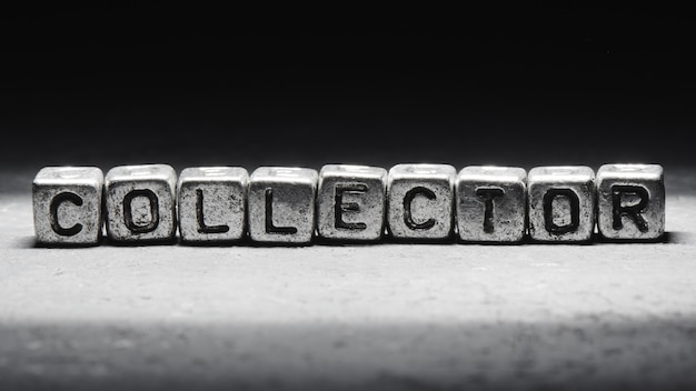 Collecteur d'inscription sur des cubes métalliques dans un style grunge sur fond noir isolé