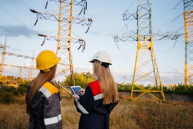 Le collectif de femmes des travailleurs de l'énergie procède à une inspection des équipements et des lignes électriques