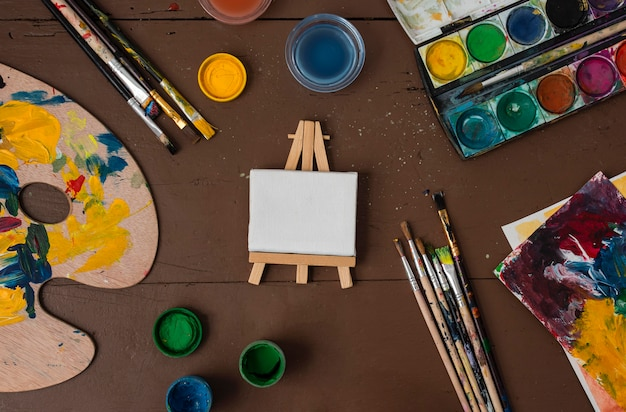 Collection d'accessoires d'artiste sur table