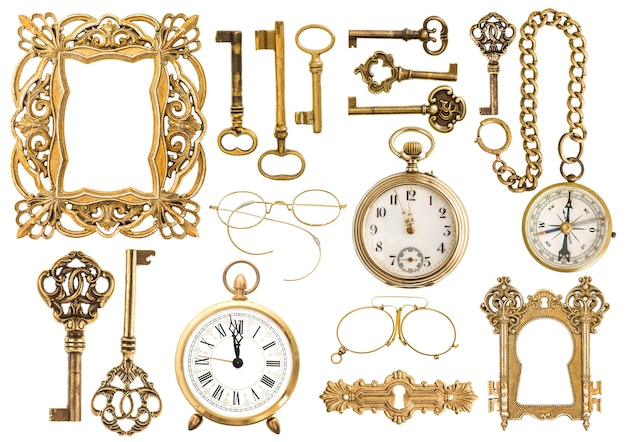 Collection d'accessoires dorés antiques. cadre photo vintage, clés, horloge, boussole, lunettes, montre de poche isolé sur fond blanc