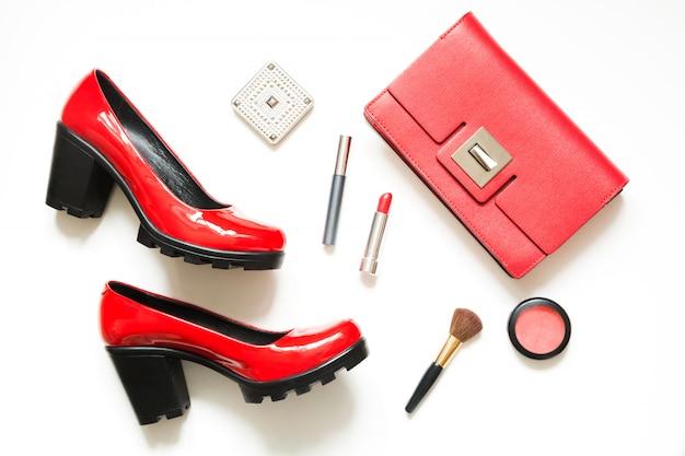 Collection d'accessoires pour femmes rouges pour une date spéciale dans flat lay.