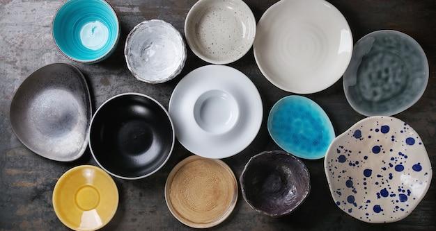 Collection d'assiettes colorées vides