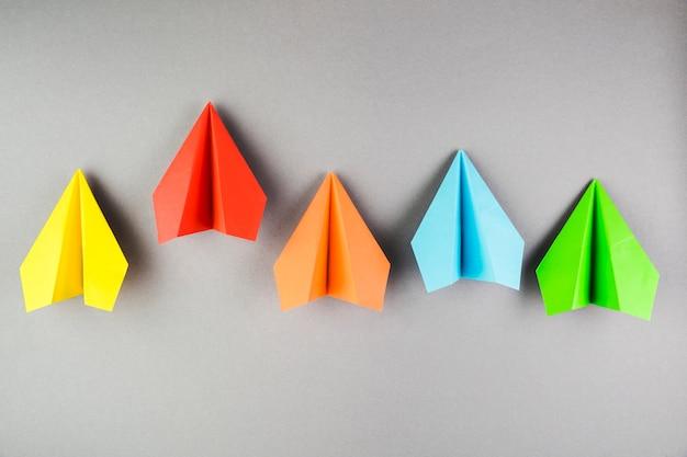 Collection d'avions en papier coloré