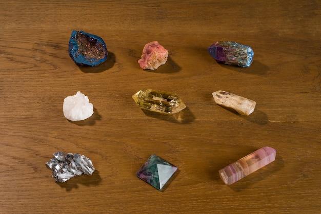 Collection de belles pierres précieuses sur table en bois.