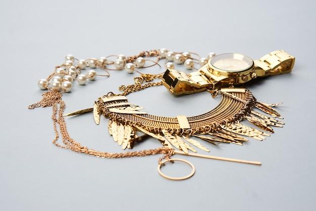 Collection de bijoux accessoires perles sur fond gris