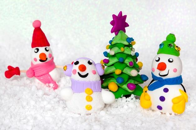 Une collection de bonhommes de neige sur fond blanc