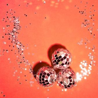 Collection de boules d'argent d'ornement près des étoiles décoratives