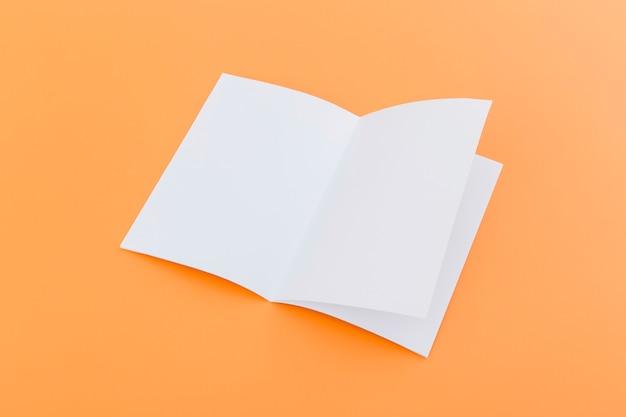 Collection de brochures sur le bureau