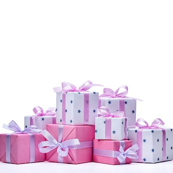 Collection de cadeaux colorés pour dames avec ruban rose pour célébrer l'anniversaire