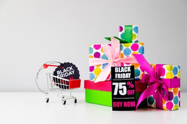Collection de cadeaux avec des étiquettes de vendredi noir
