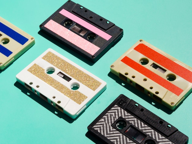 Collection de cassettes multicolores vives