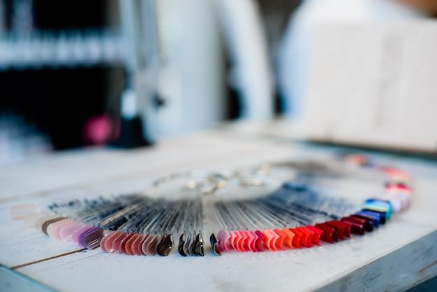 Collection de clous artificiels colorés