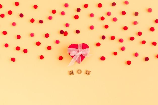 Collection de coeur décoratif et de confettis près du titre de maman