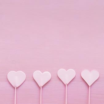 Collection de coeurs d'ornement sur baguettes