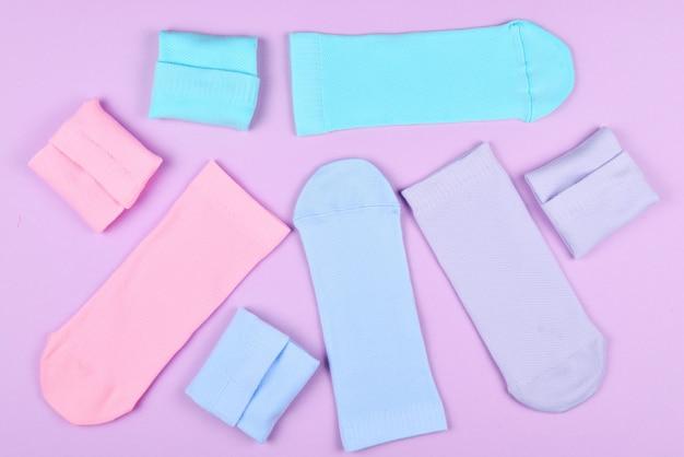 Collection colorée de chaussettes en coton.