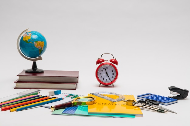 Collection colorée de fournitures scolaires sur fond blanc. retour à l'école. bonnes idées