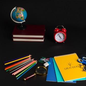 Collection colorée de fournitures scolaires sur fond noir. retour à l'école. bonnes idées