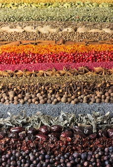 Collection de condiments éparpillés sur la table. mur d'épices pour la décoration d'étiquettes