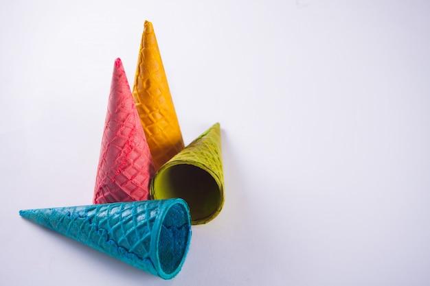 Collection de cornet de glace colorée vide sur blanc