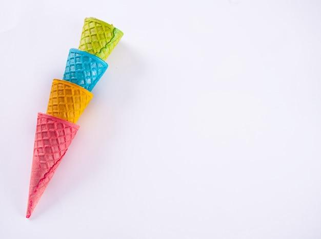 Collection de cornet de glace colorée vide sur fond blanc