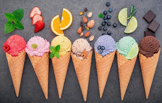 Collection de cornets de crème glacée à plat sur pierre foncée