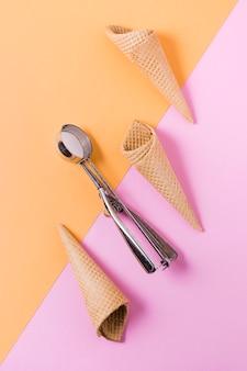 Collection de cornets de crème glacée à plat sur table