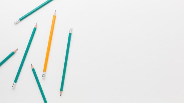 Collection de crayons vue de dessus avec copie-espace