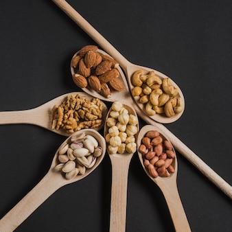 Collection de cuillères avec des noix
