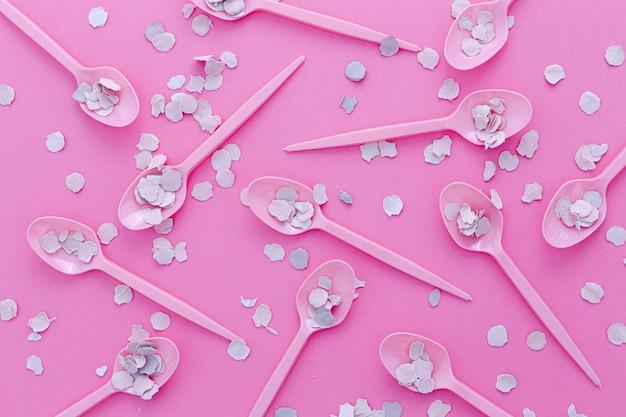 Collection de cuillères en plastique avec des confettis